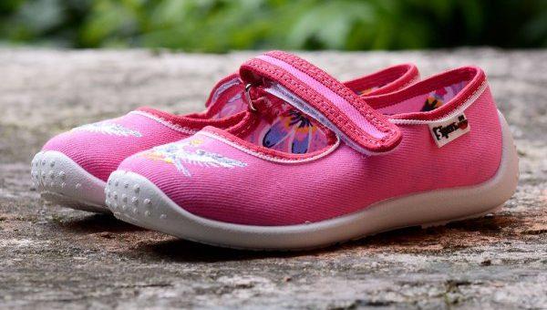 Jakie buty spakować dziecku na wakacje?